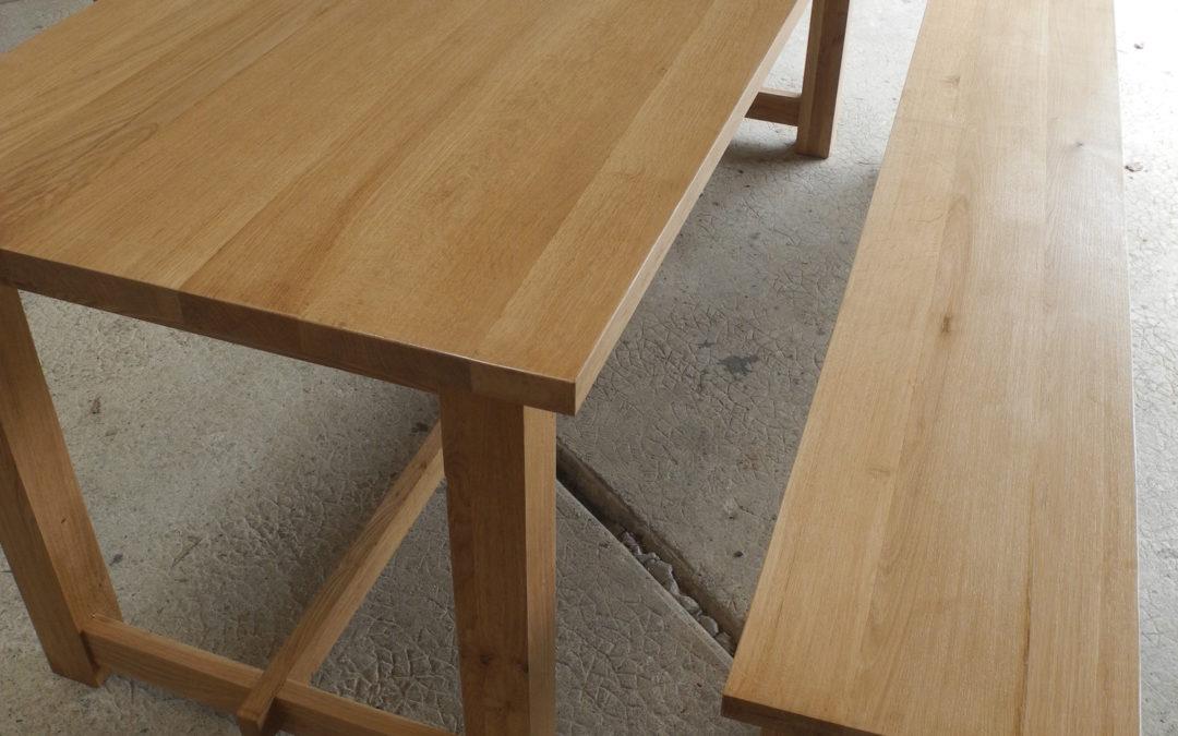 Un table de salle à manger et son banc