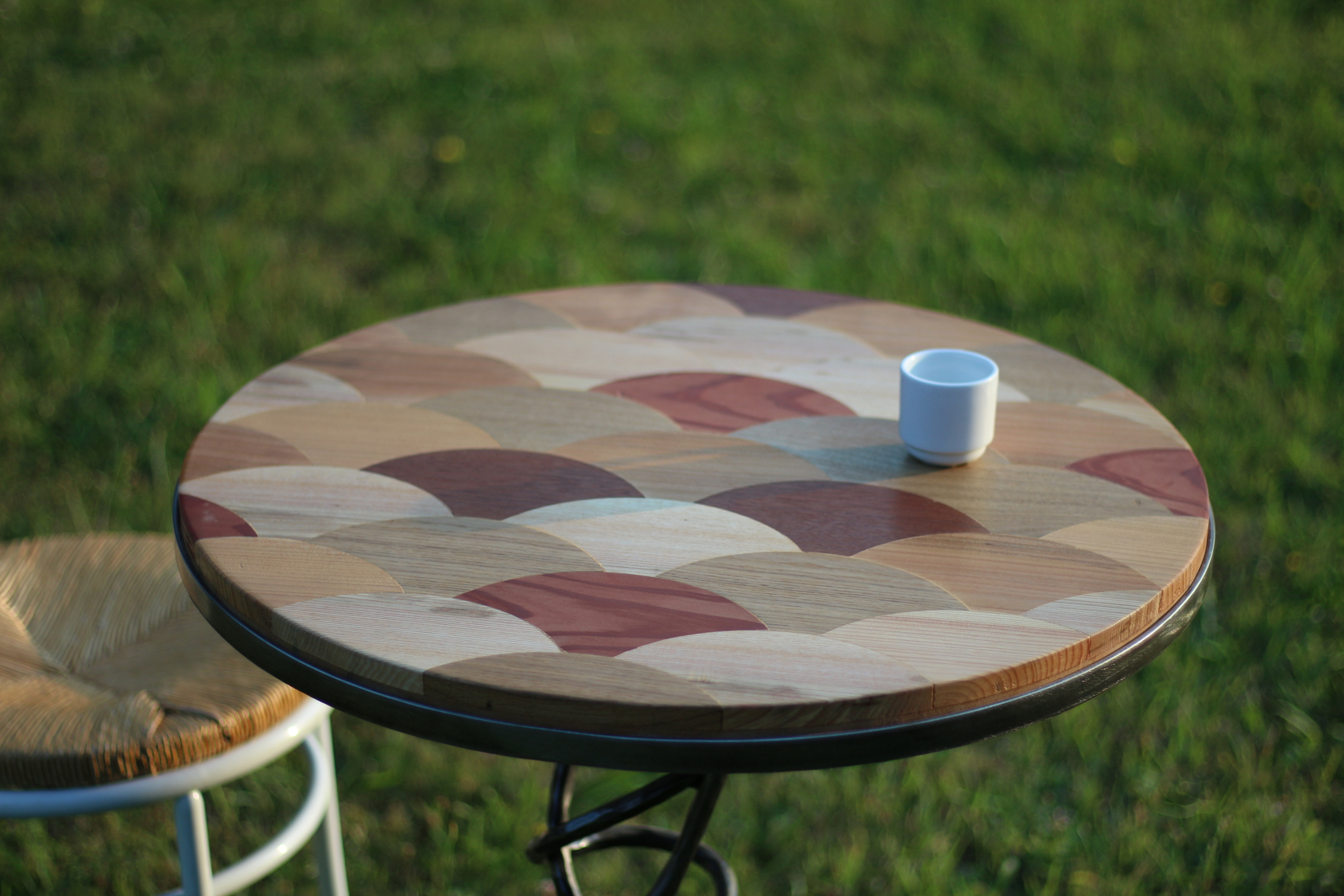 Gros plan Table Ecailles Design Lons