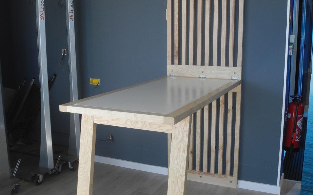 Une table basculante en frêne