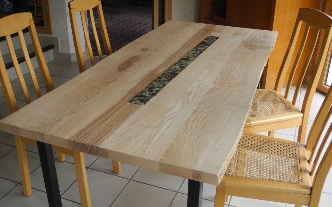 La table aux petits galets