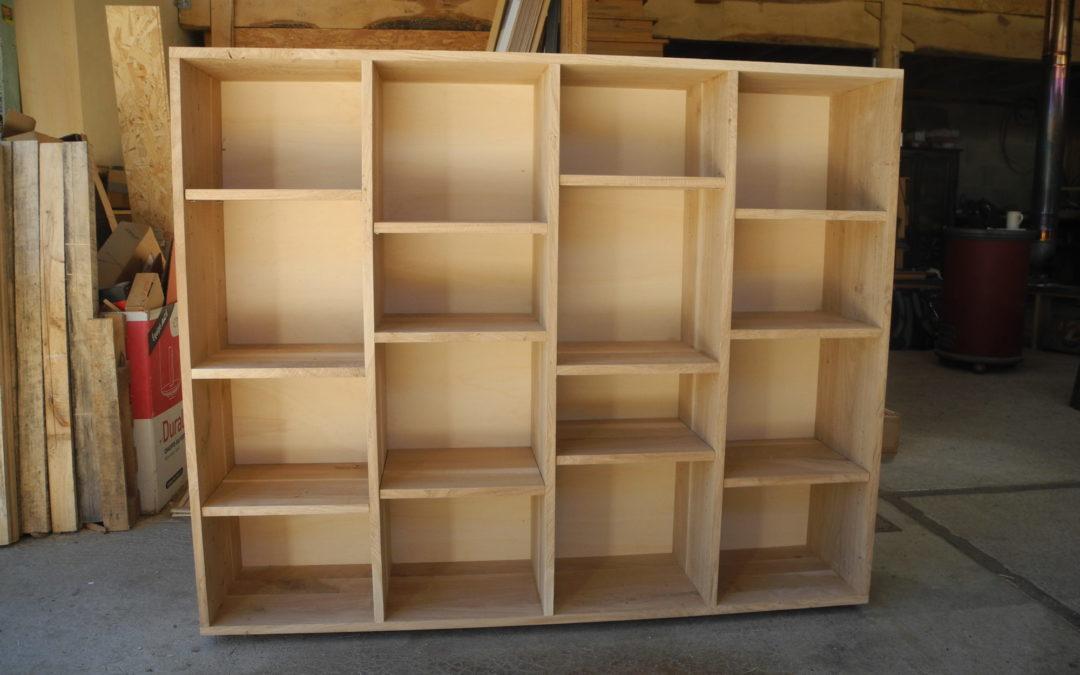 Une étagère en chêne pour une chambre