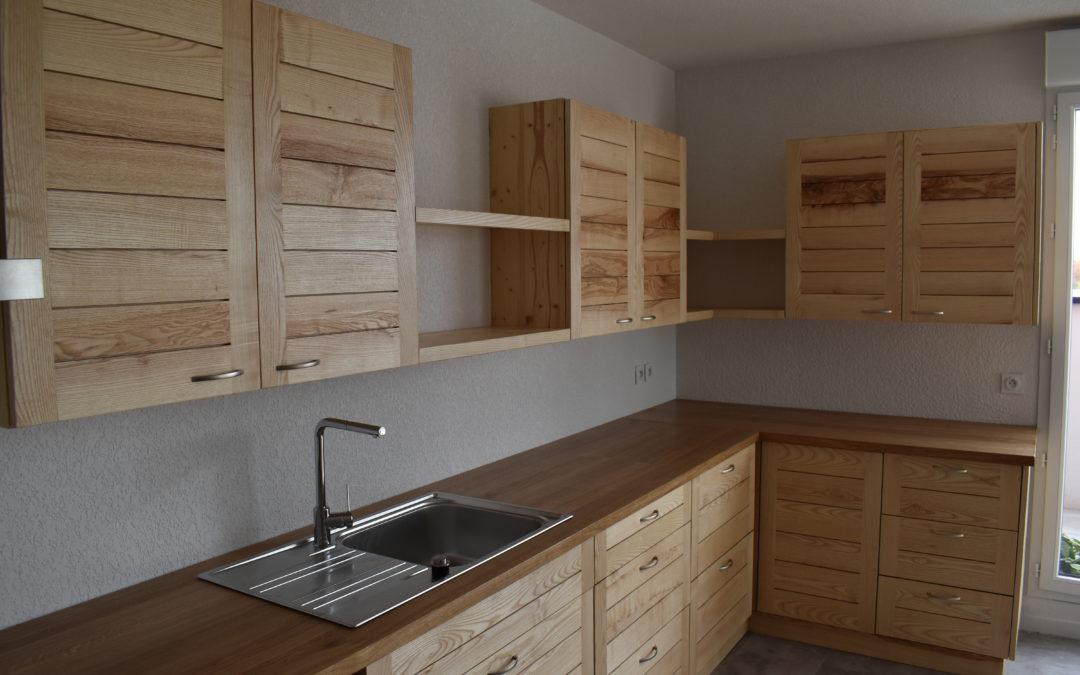 Une cuisine en chêne et en frêne